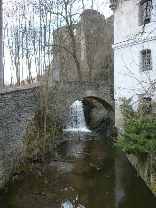 Vodopád pod hradbama.